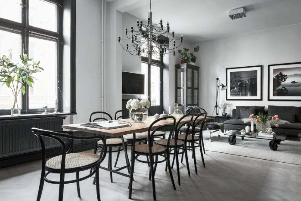 Svarta stolar och takkrona
