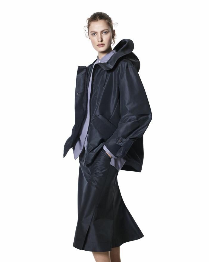 Blå skorta med svart midikjol från +J