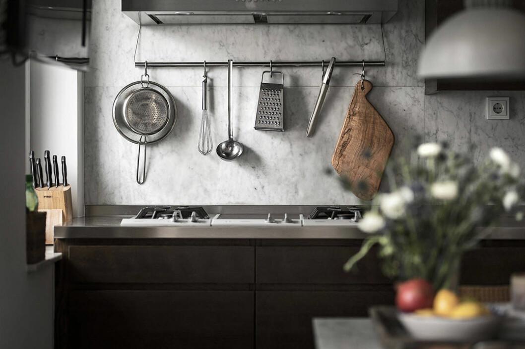 Kök med öppen förvaring i form av en list och s-krokar