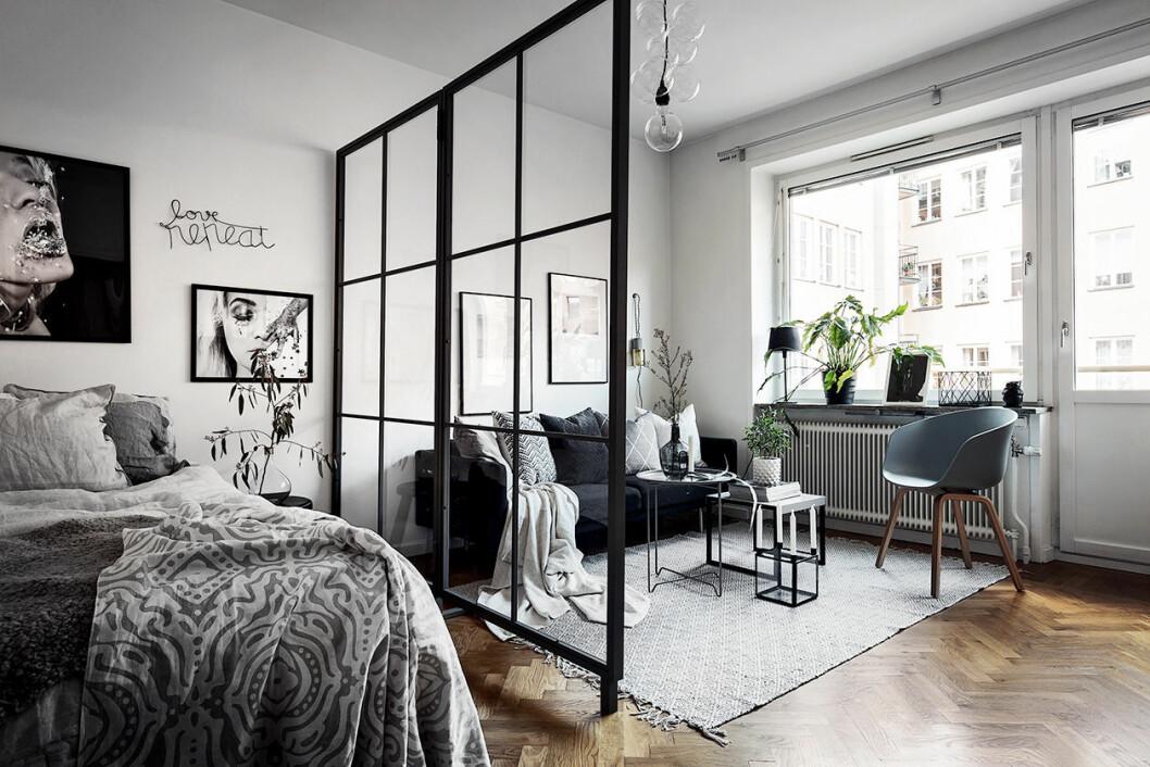 Glasvägg delar av snyggt mellan sovrum och vardagsrum