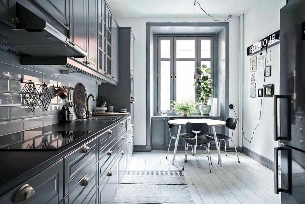 Grå köksluckor ger ett djup i köket.