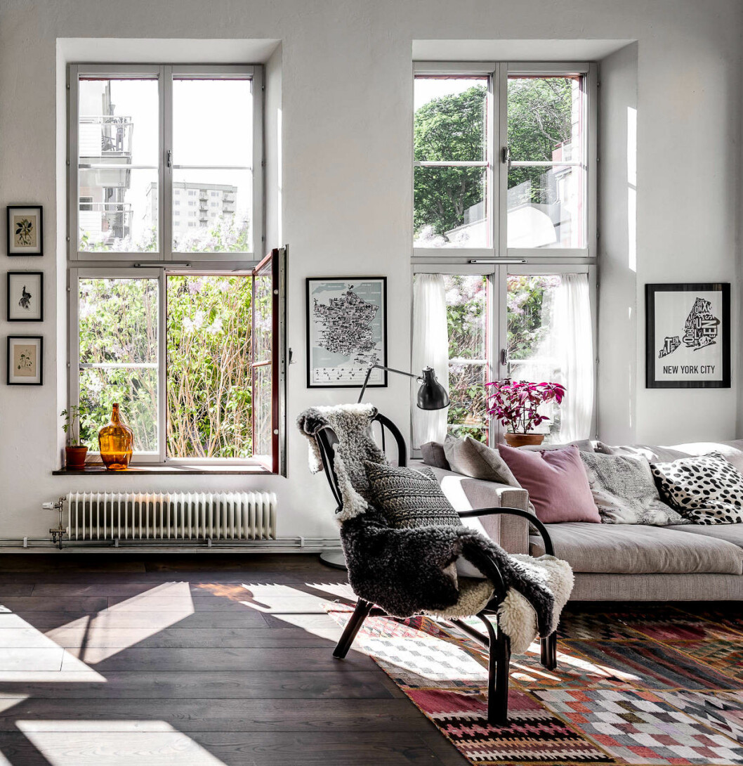 Stort ljust vardagsrum med stora fönster