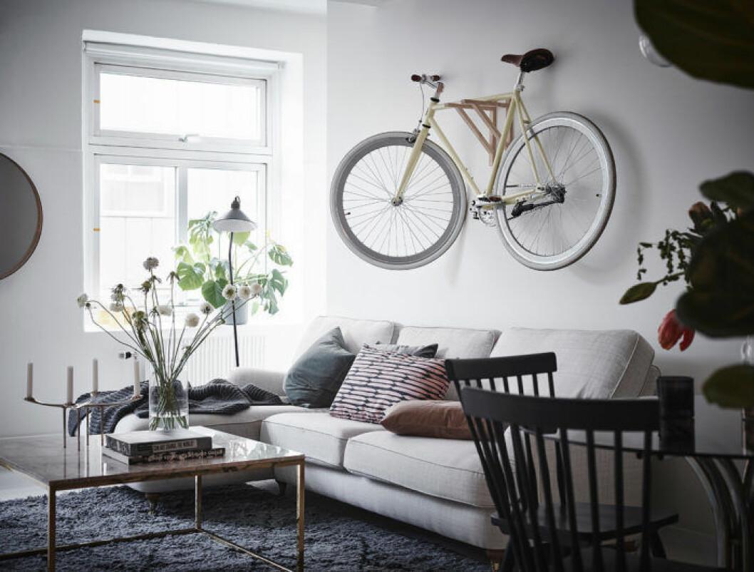 Vardagsrum i skandinavisk stil med en cykel upphängd på väggen