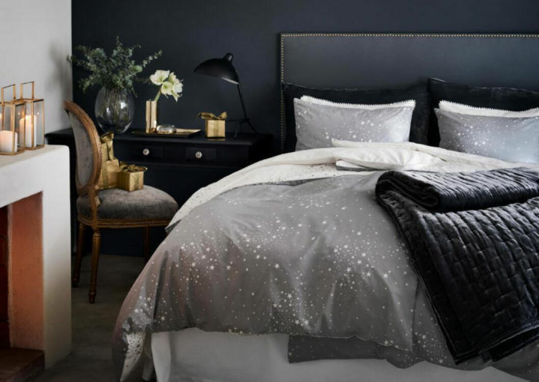 Juliga snittblommor som amaryllis i sovrummet skapar rätt känsla.