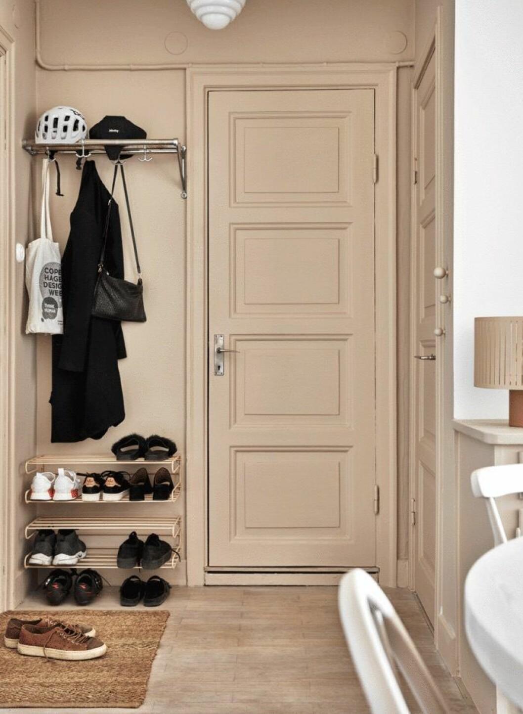 Inmålade dörrar ger intrycket av en lyxigare hall.
