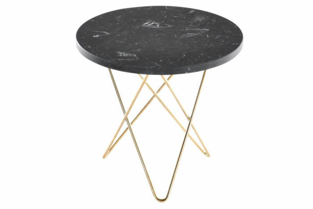 Runt och stilrent sidobord i svart marmor och underrede i mässing