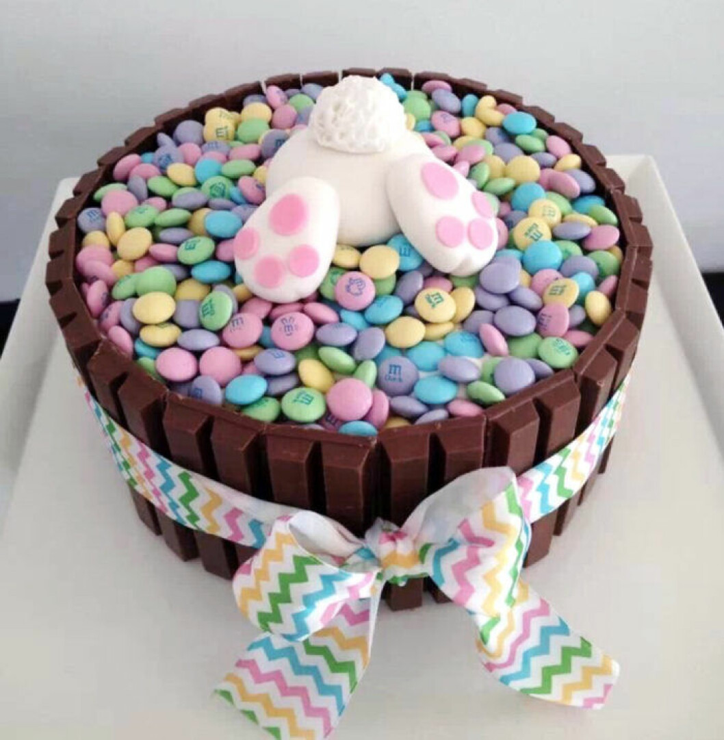 Chokladtårta med kitkat och en hare på toppen