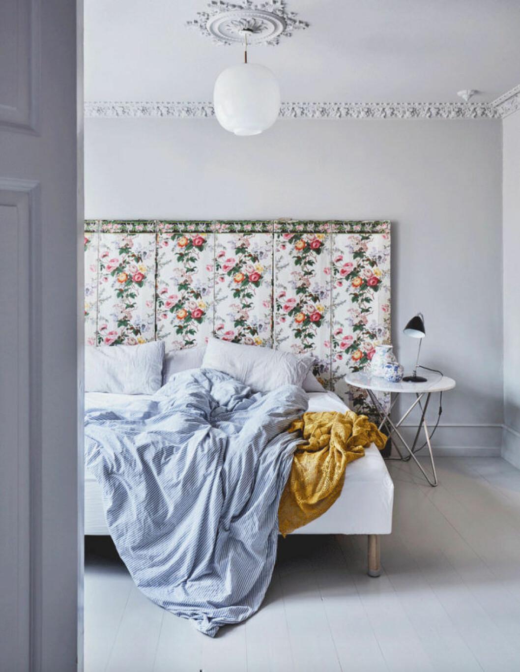 Blommig sänggavel med feminin touch