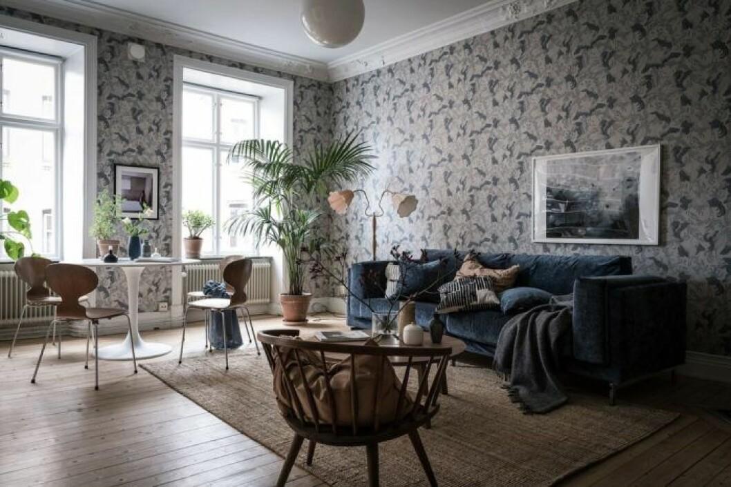 Enfärgade möbler och mönstrad tapet.