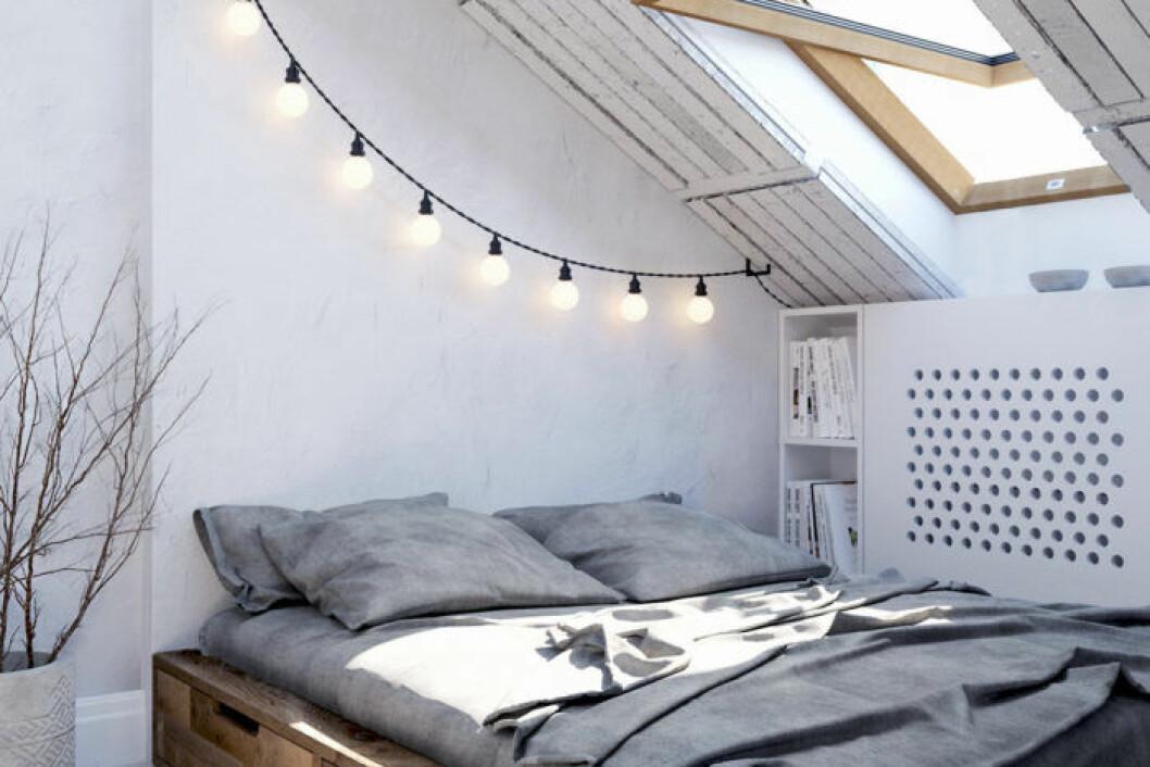 Vy från sovrum, genom avskärmande vägg mot mörkt kök