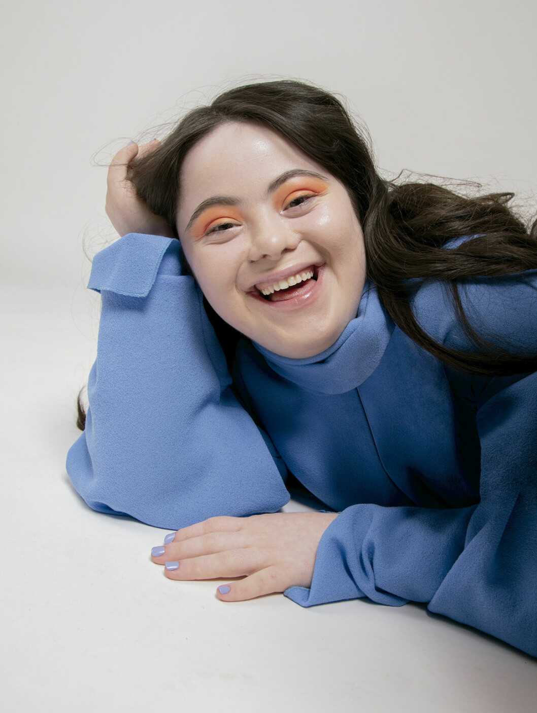 Ellie Goldstein i blå klänning
