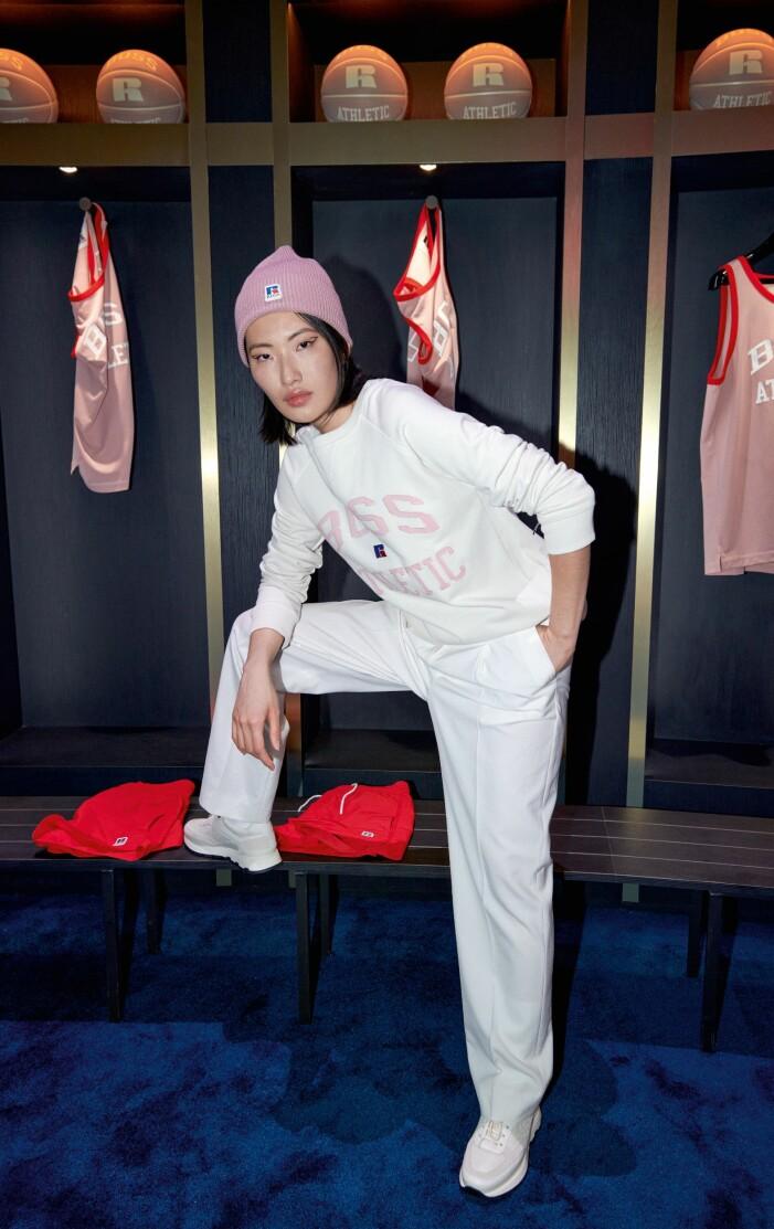 BOSS x Russell Athletic höstkollektion 2021 vitt mjukis-set med rosa mössa