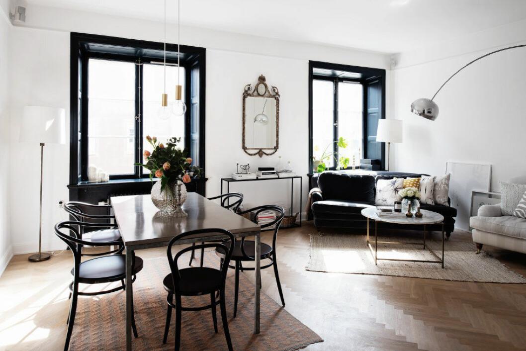 Vardagsrum med fönster som har svarta fönsterkarmar