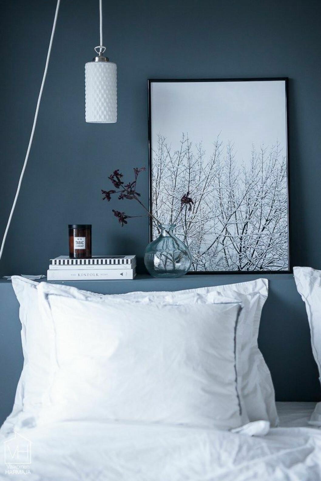 Mörkblått på väggarna i sovrummet.