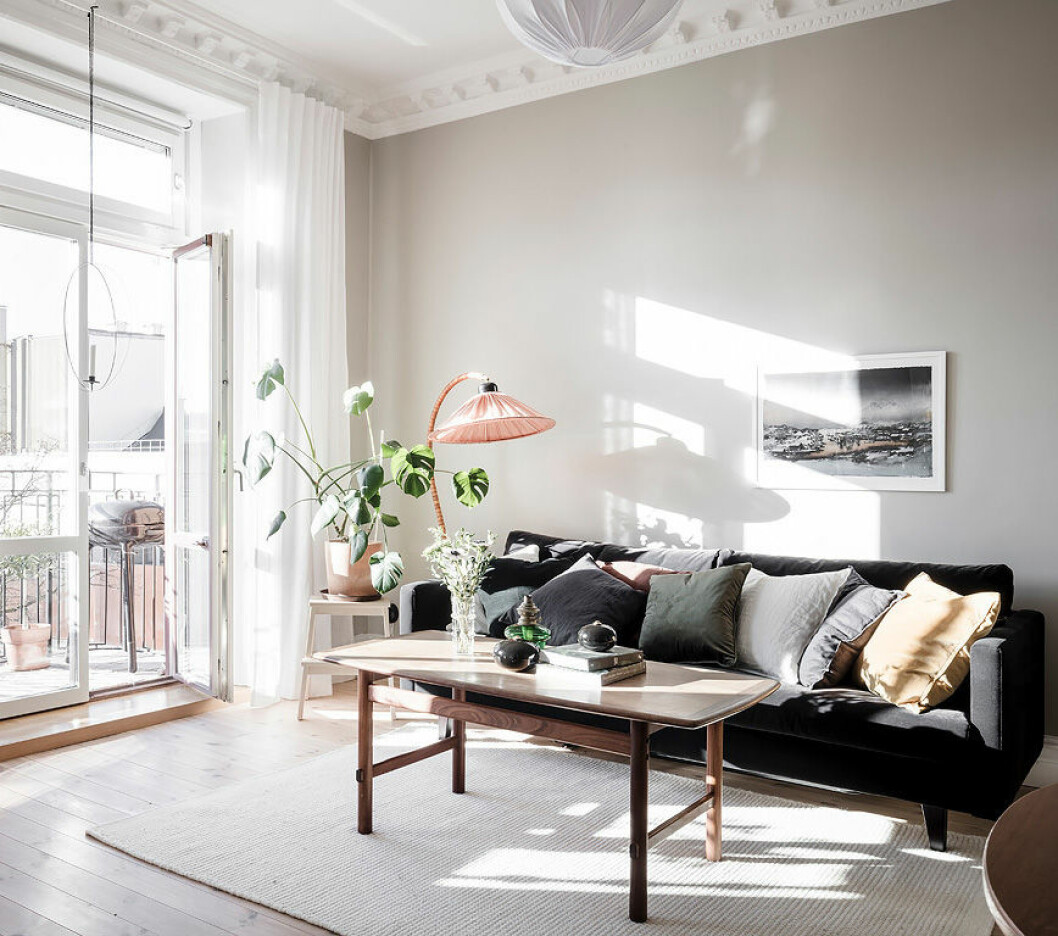 Livingroom in light colours, green plants and pink details. Scandinavian interior decoration ideas and inspiration.
