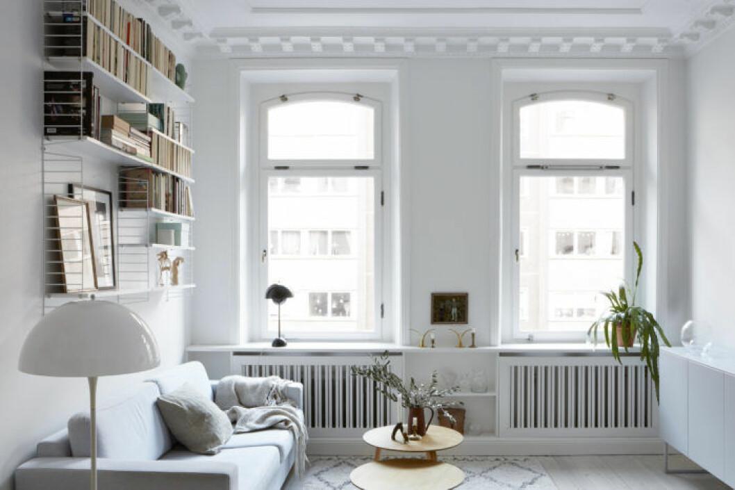 Vardagsrum med hyllor på väggarna med förvaring