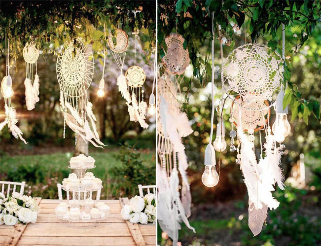 Pyntad trädgård med dekorationer och ljusslingor