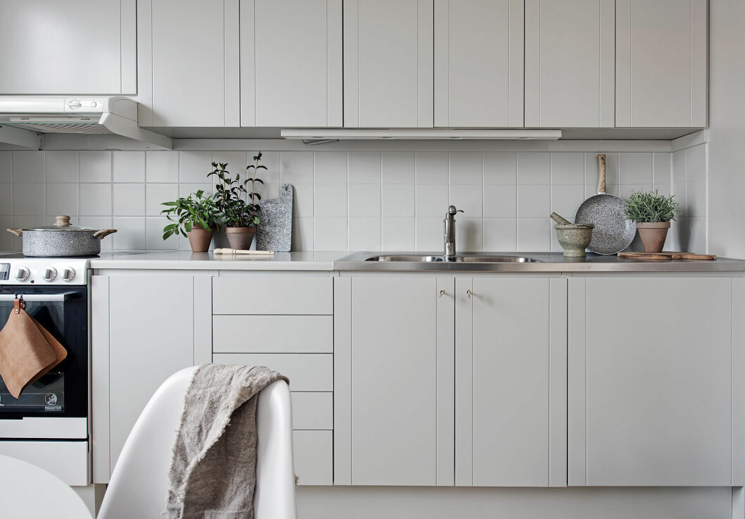 Platsbyggd köksförvaring i ljusgrått