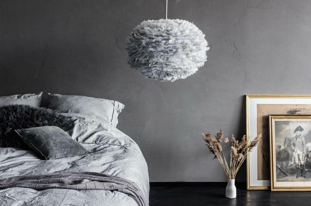Matcha grå vägg med gråa inredningsdetaljer.