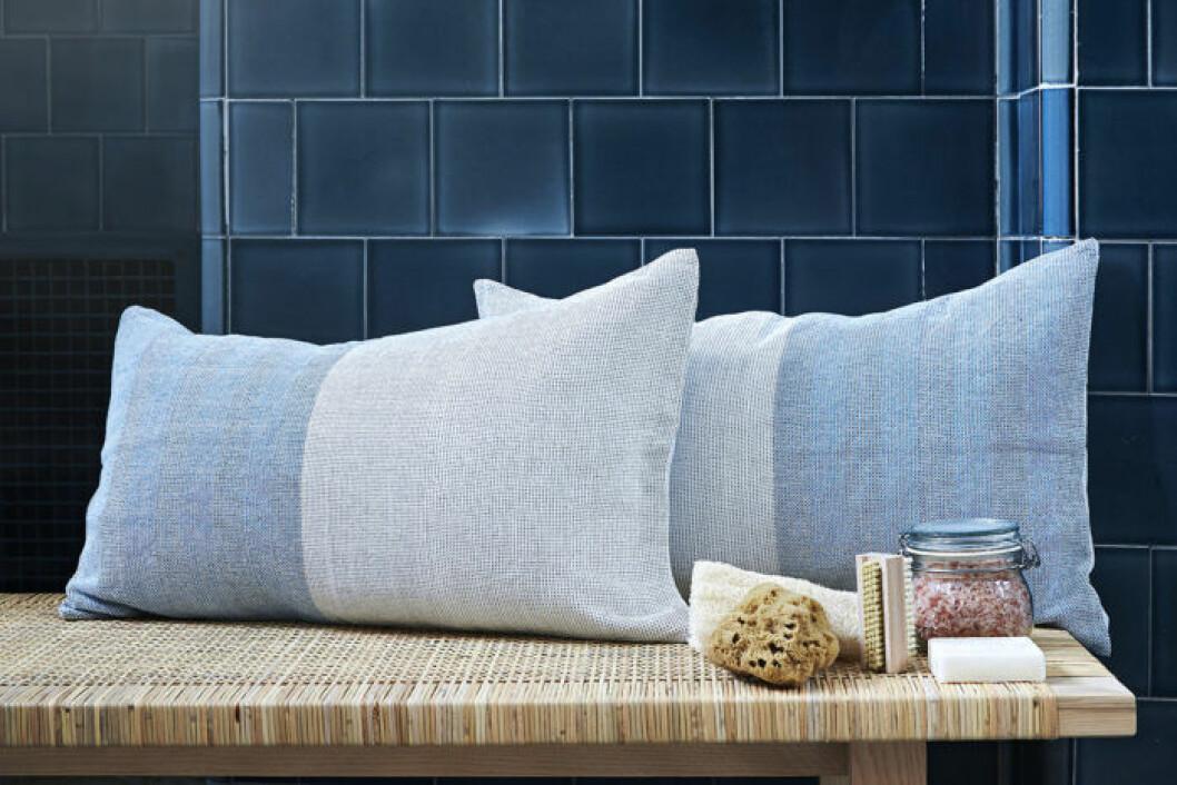 Ikeas kollektion Innehållsrik, ljusblå kuddar och badsalt.