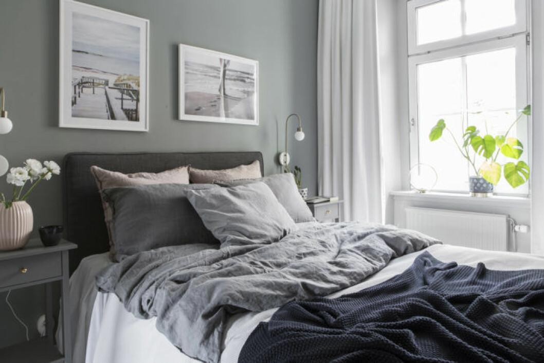 Sovrum med gröna väggar och mysig bäddning