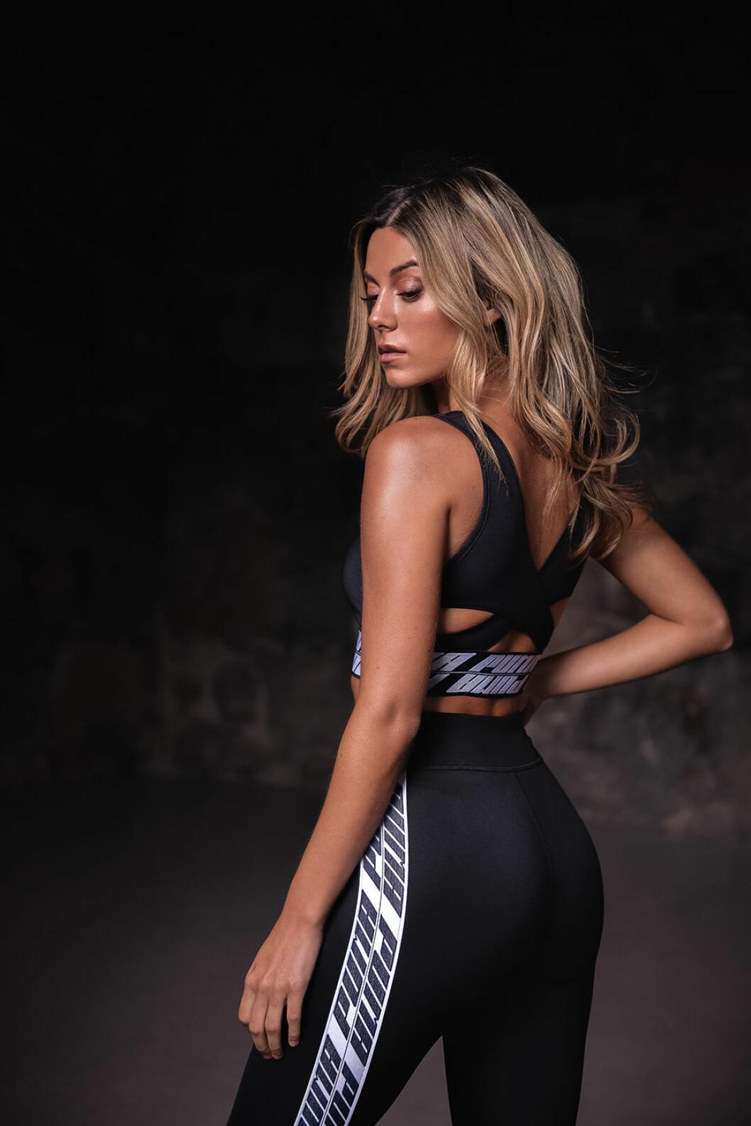 Svarta träningstights med hög midja är ett måste i Biancas träningsgarderob.