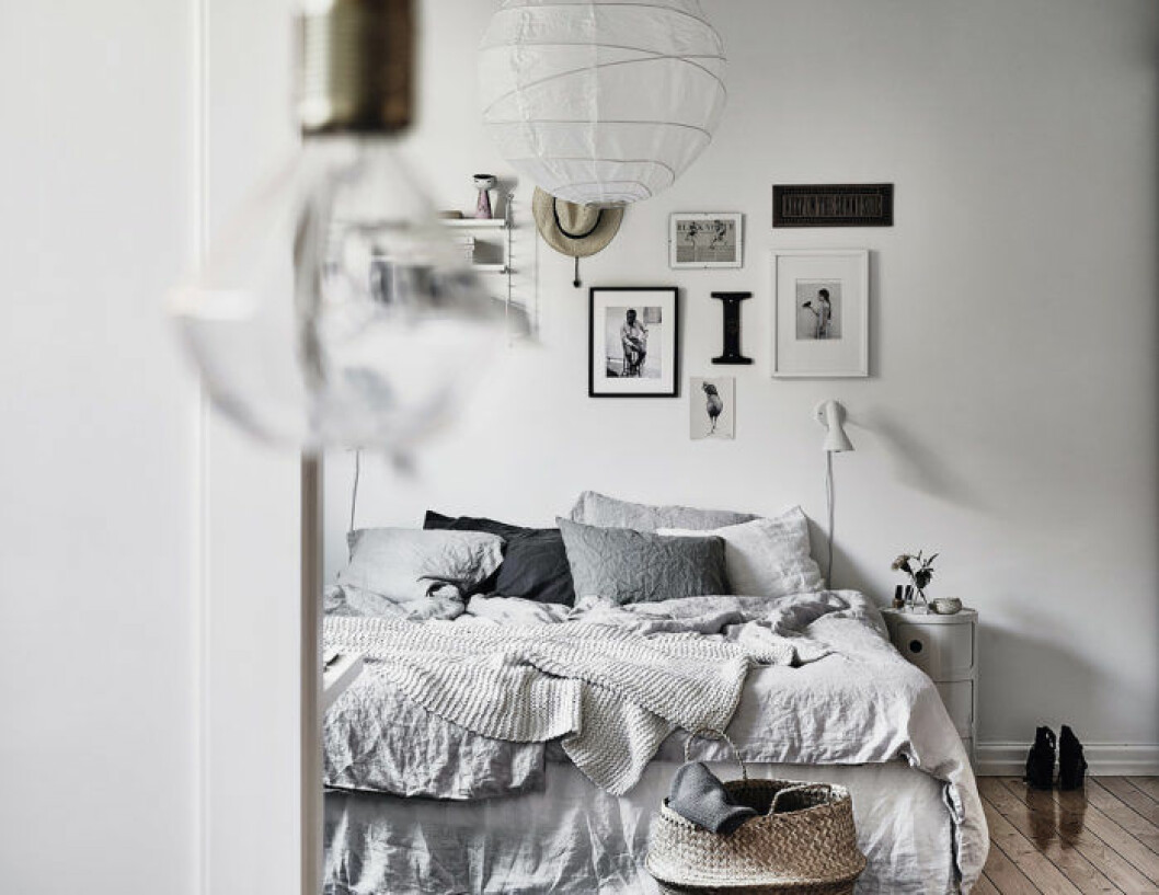 Sovrum med vackra textilier och en fin tavelvägg