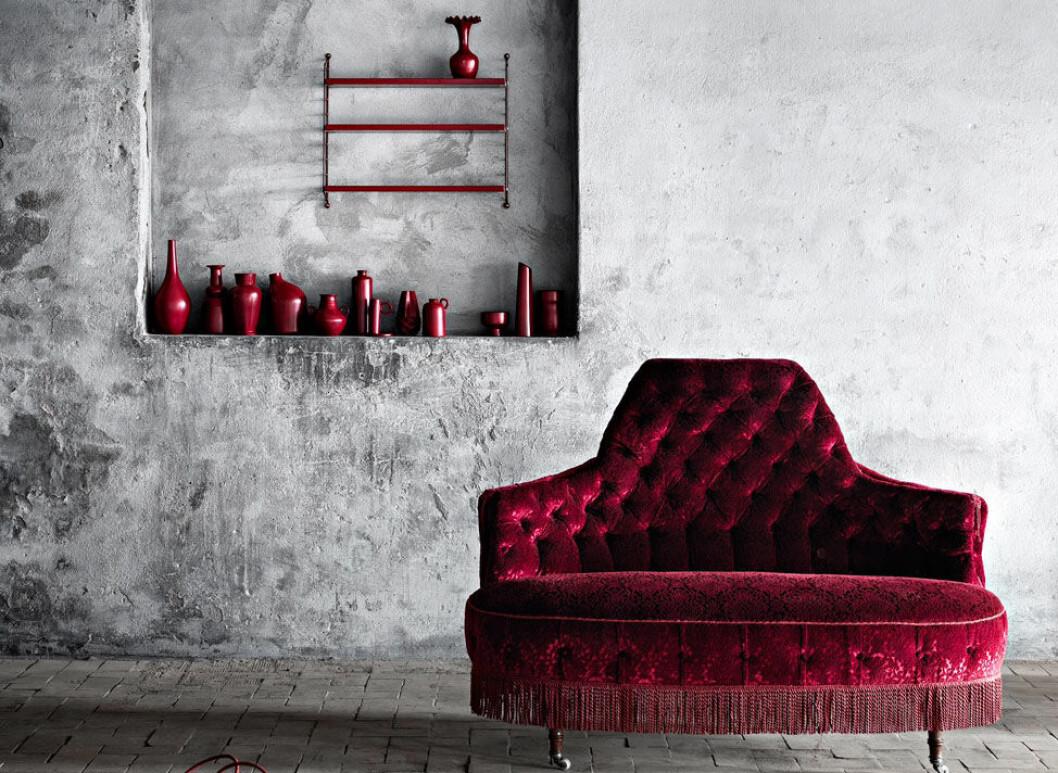 Röd sammetssoffa
