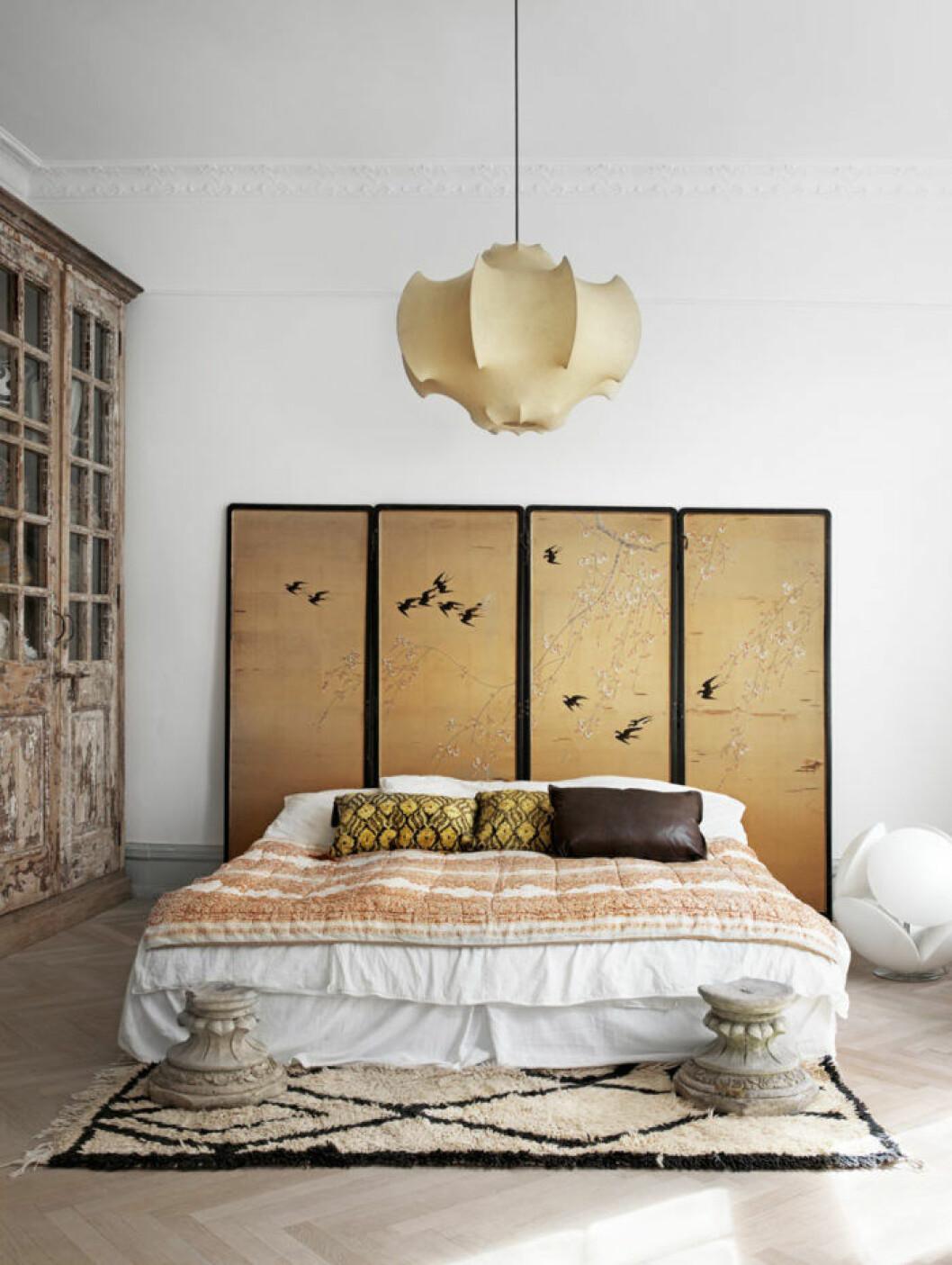 Sänggavel med guldtoner