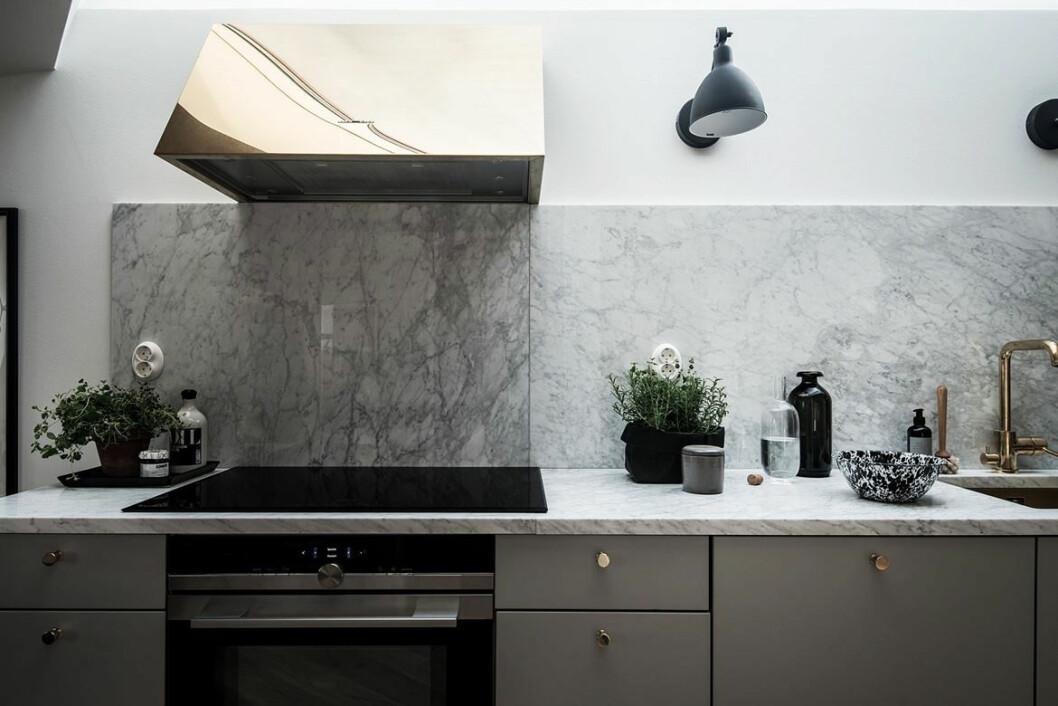 Kombinera svart, marmor och mässing.