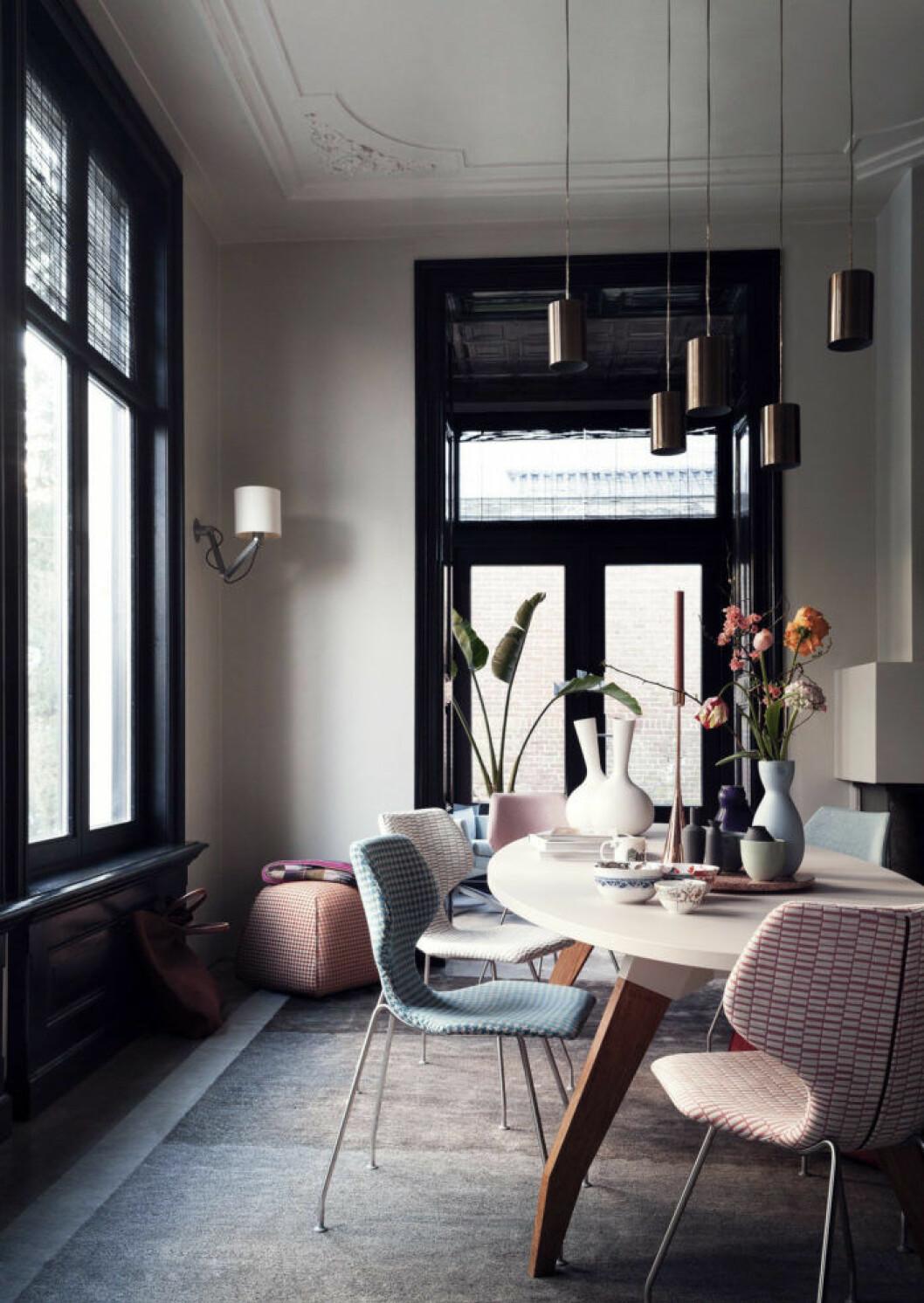 Rum med svarta fönsterkarmar