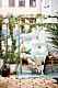 Balkong med bambusoffa, textilier och växter