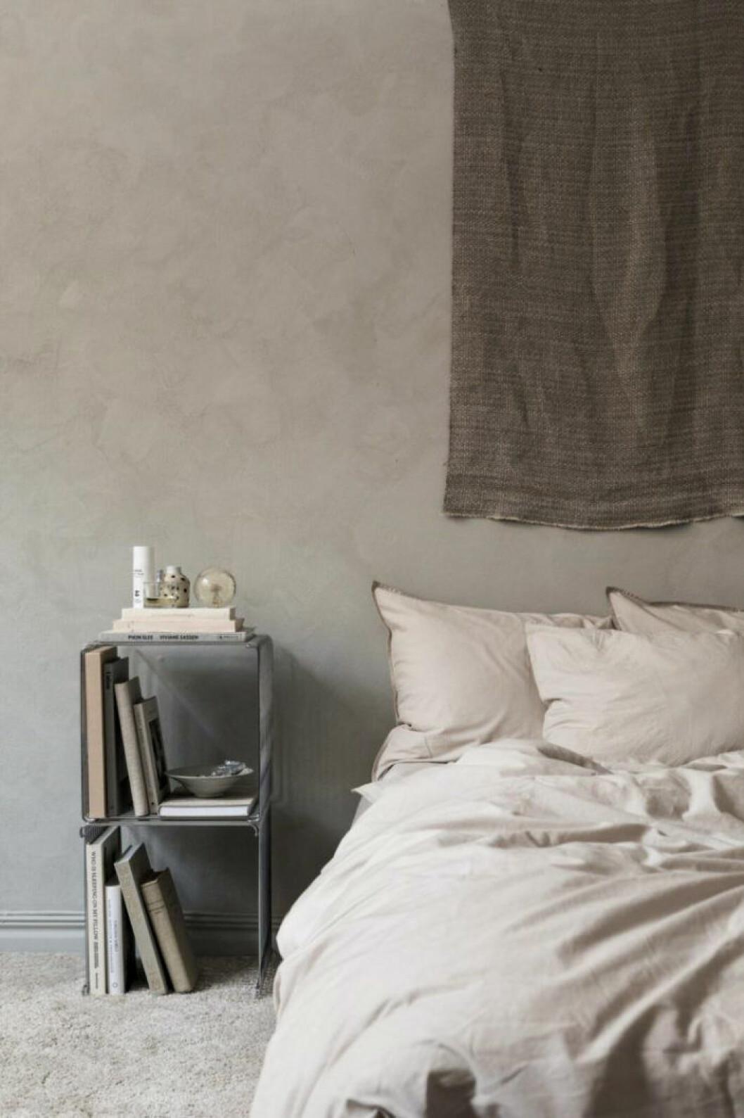 Harmoniskt sovrum med väggar målade i beige.