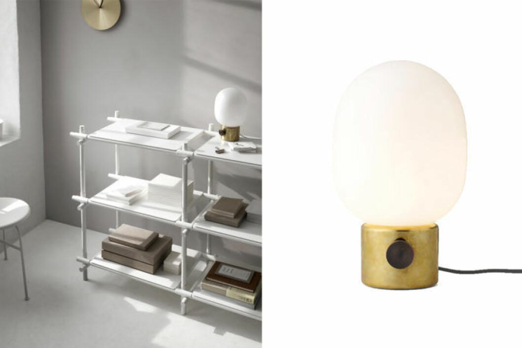 Bordslampa med fot i gjuten spegelpolerad mässing, stål och vitt glas.