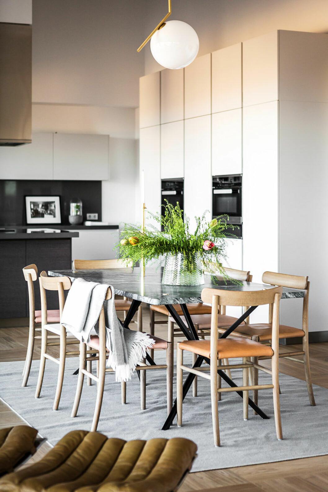 Matbord i grå marmor