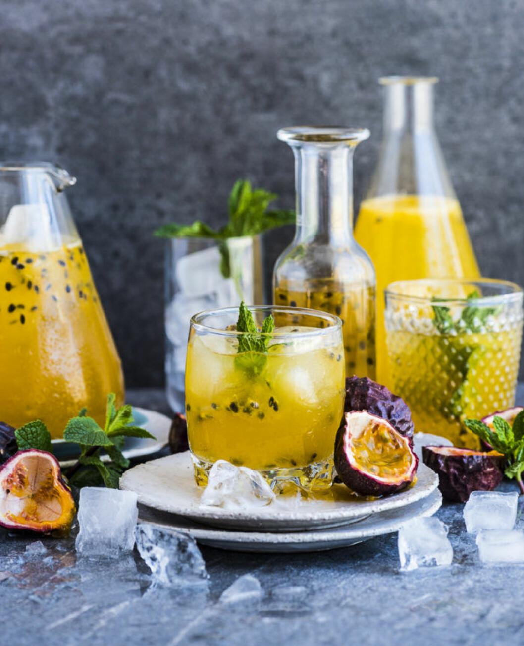 Champagnedrink med passionsfrukt.