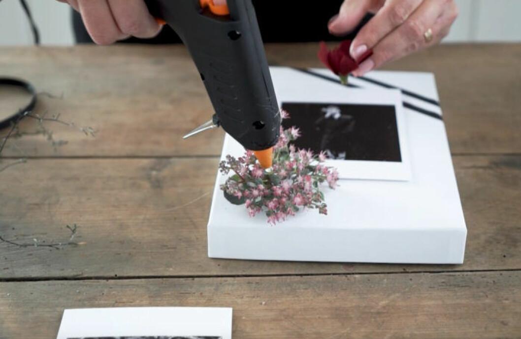 Dekorera julklappar – steg 3: Fäst blommor och växter med limpistol.
