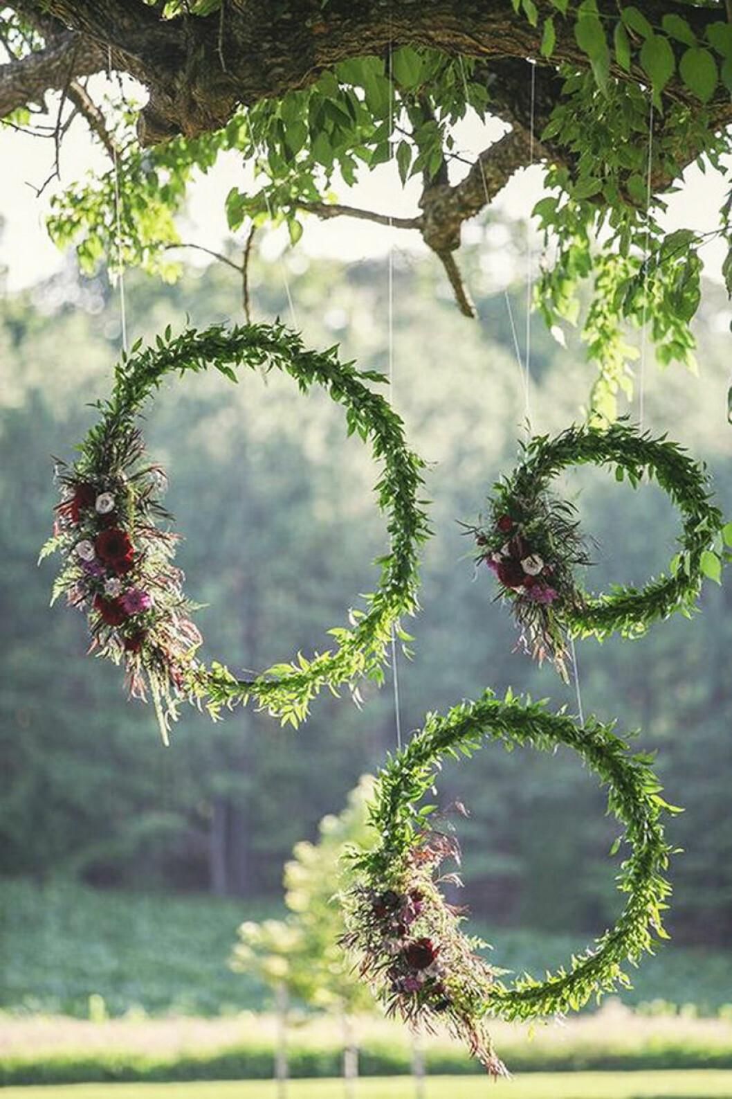 Kransar som dekoration i trädgården