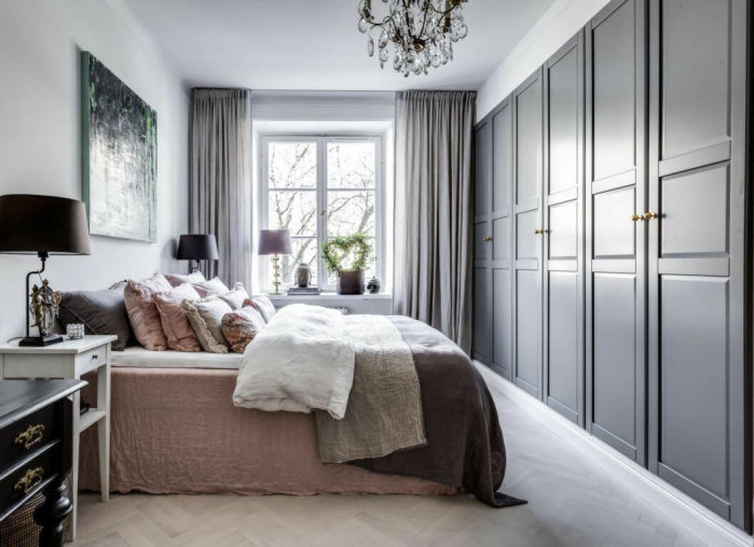 Sovrum med gråmålade garderobsfronter