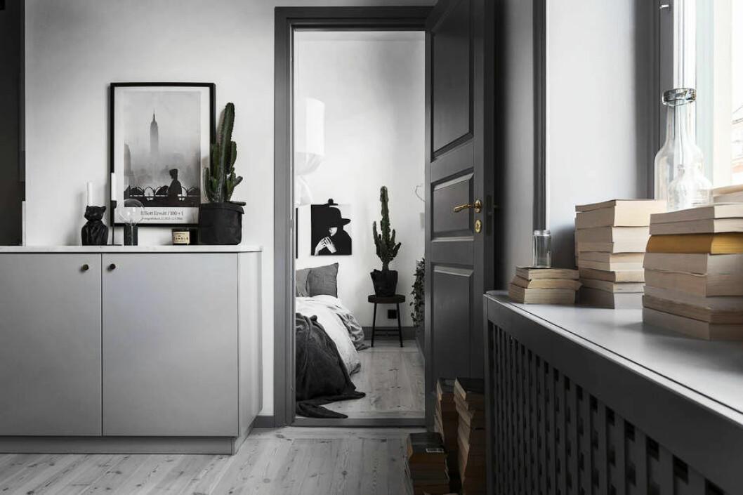 Gråmålad dörr gör stor skillnad i rummet.