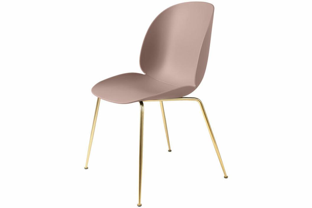 Ljusrosa stol i exklusiv design med ben i mässing.