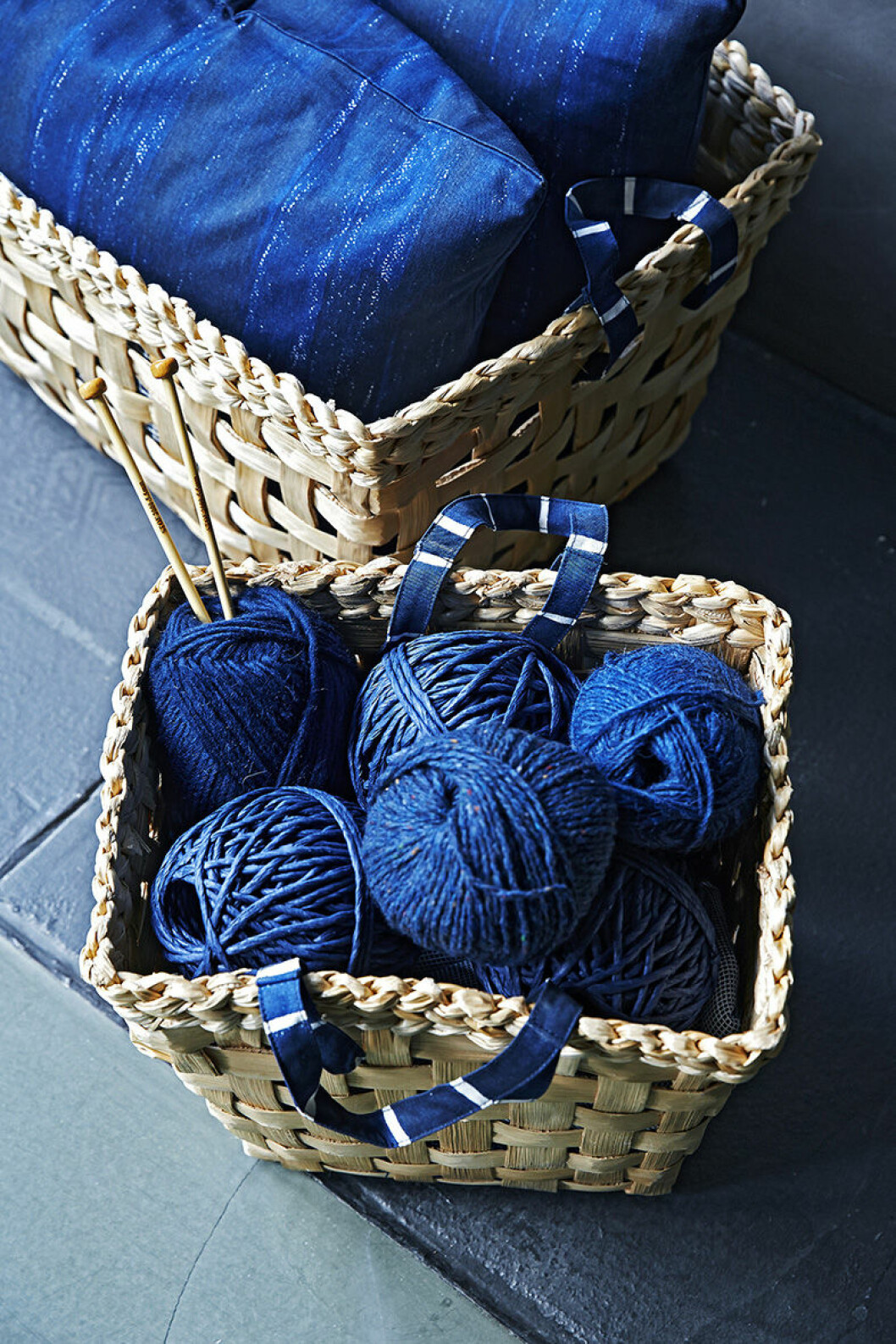 Många blåa textiler från Ikea.