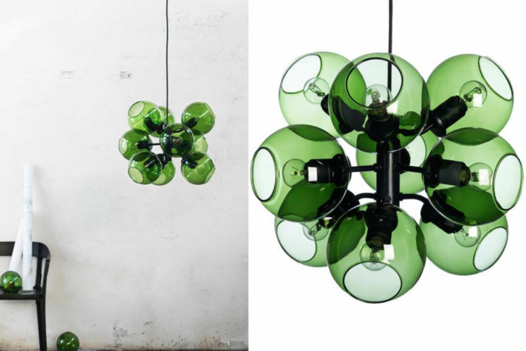 9-armad taklampa med globliknande glas i klargrön färg.
