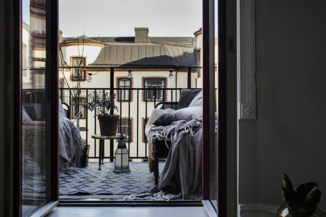 Med mönster, prydnadskuddar, mysiga plädar och växter förlänger du Pariskänslan ända ut till balkongen