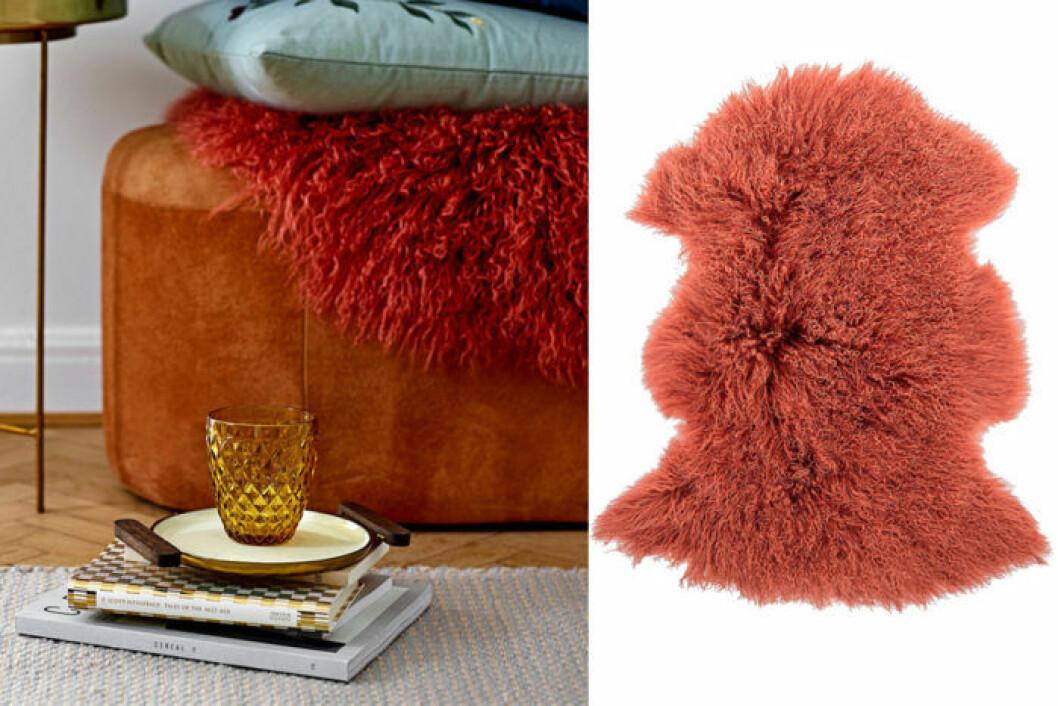 En fårskinnspläd i varm kulör gör vardagsrummet mysigare