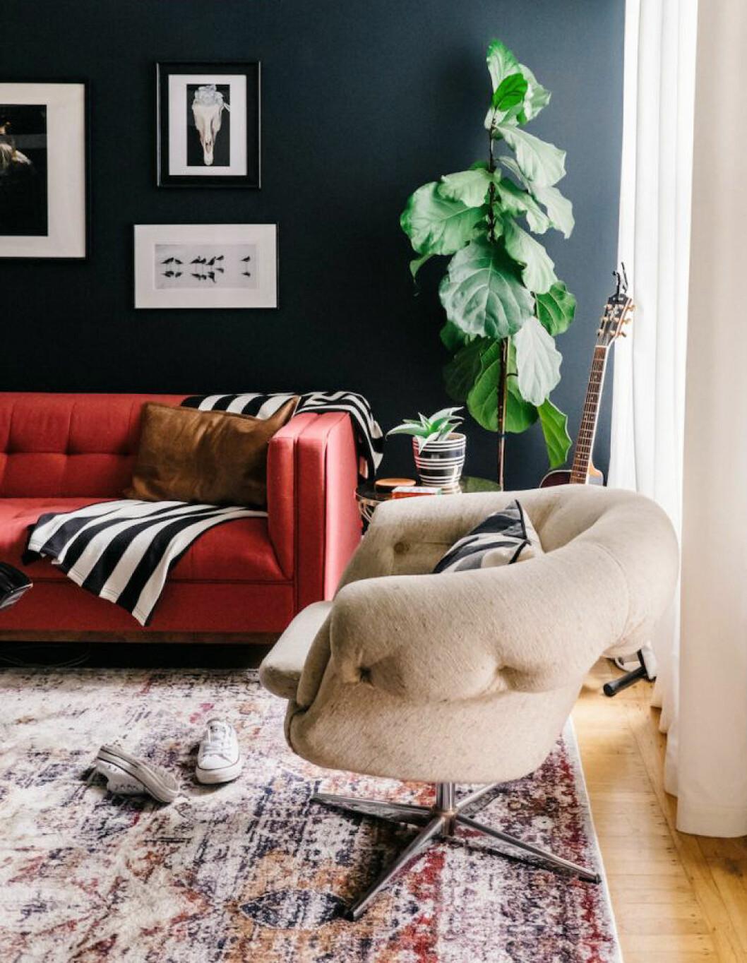 En röd soffa.
