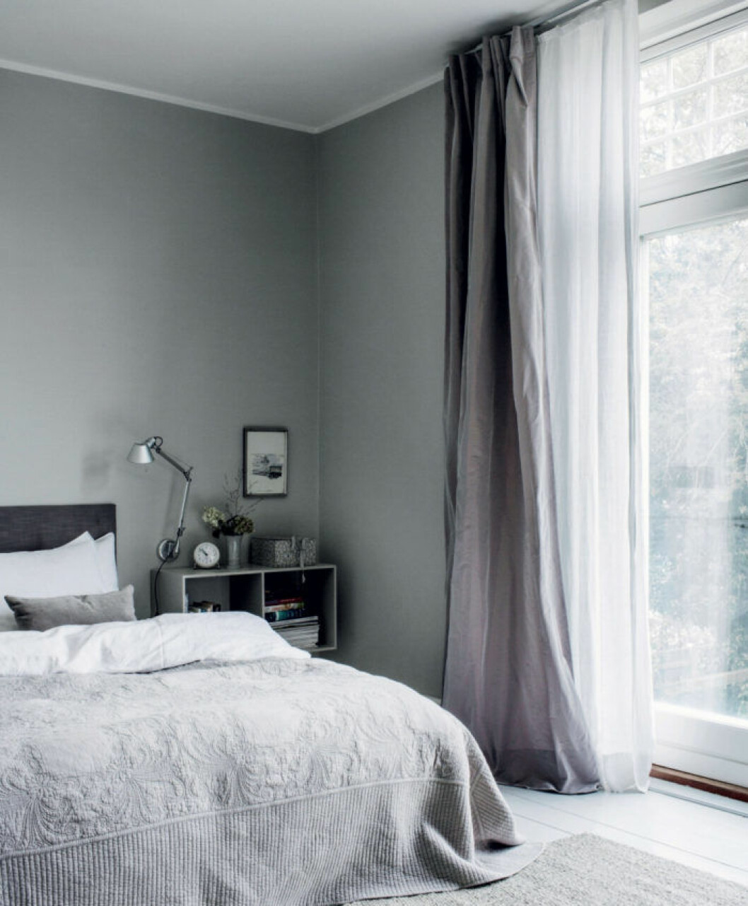 Sovrum med gardiner som har fint fall