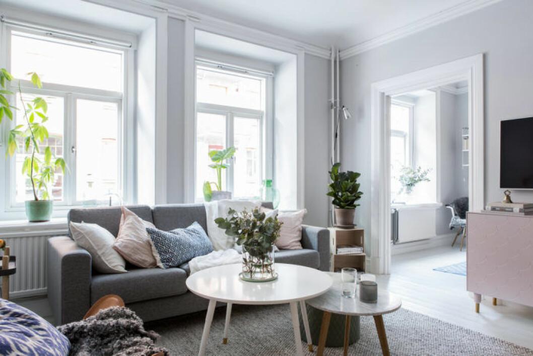 Ljusgrått vardagsrum med rosa tv-bänk