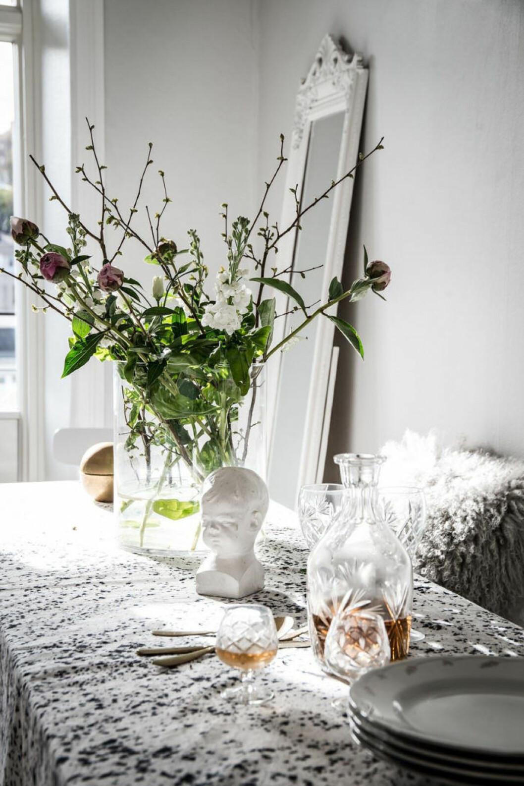 dukning med snittblommor och kvistar