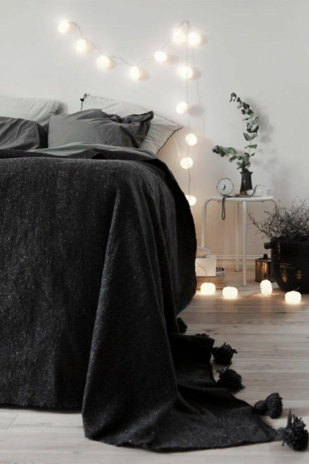 Helkaklat badrum i marmor och badrumskommod i mörkt trä